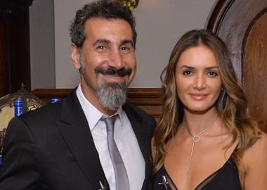 Serj Tankian e sua esposa doam alimentos para 400 famílias carentes