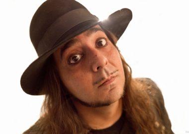 Daron Malakian classifica indecisão do System of a Down como 'frustrante e deprimente'