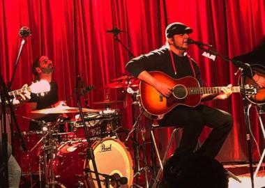 Com músicas do SOAD no repertório, Scars on Broadway faz show acústico em Los Angeles