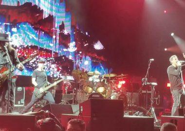 Debaixo de chuva, System of a Down toca para mais de 45 mil pessoas na Califórnia