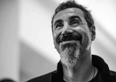 Serj Tankian lança faixas colaborativas e nova trilha sonora; ouça todos os trabalhos
