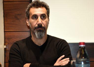 Serj Tankian comenta sobre a crise na Amazônia e culpa políticos: 'Irresponsáveis'
