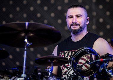 John Dolmayan anuncia data de lançamento de seu novo álbum em carreira solo