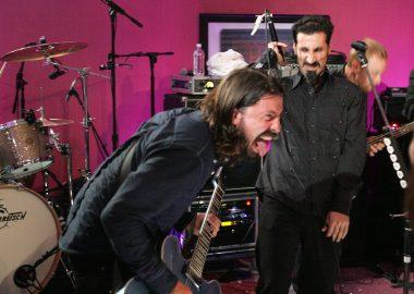 Foo Fighters lança novo EP com participação de Serj Tankian; ouça