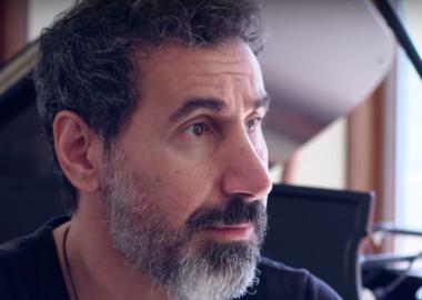 Serj Tankian critica declaração de Donald Trump sobre renúncia de Evo Morales